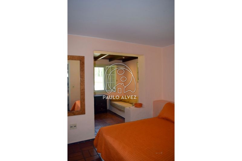 Dormitorio en suite con aire y vestidor