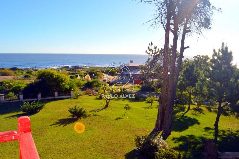 Balcón con vista al mar y al jardín