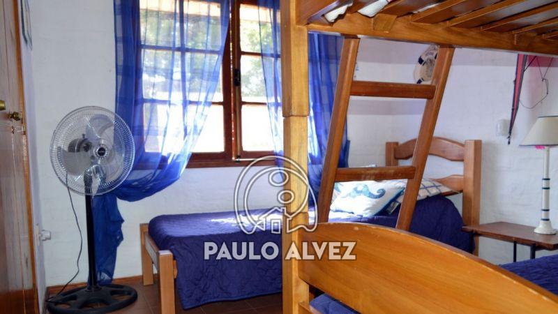 Dormitorio con tres plazas